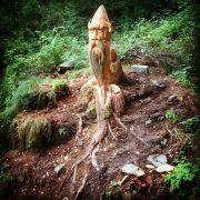 guardiani-legno-ai-piedi-del-sentiero-ti-osservano